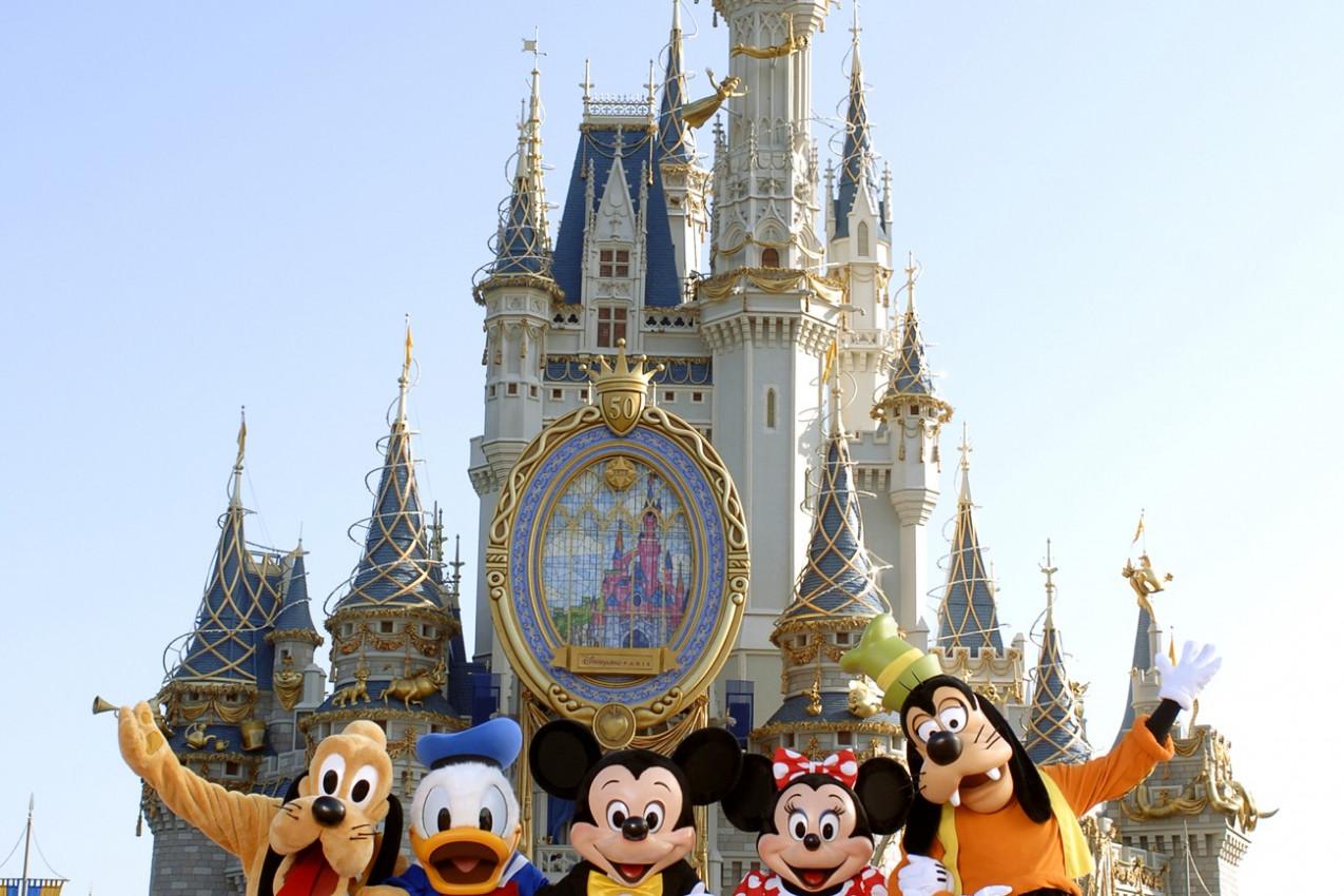 Castelo da Cinderela e turma do Mickey