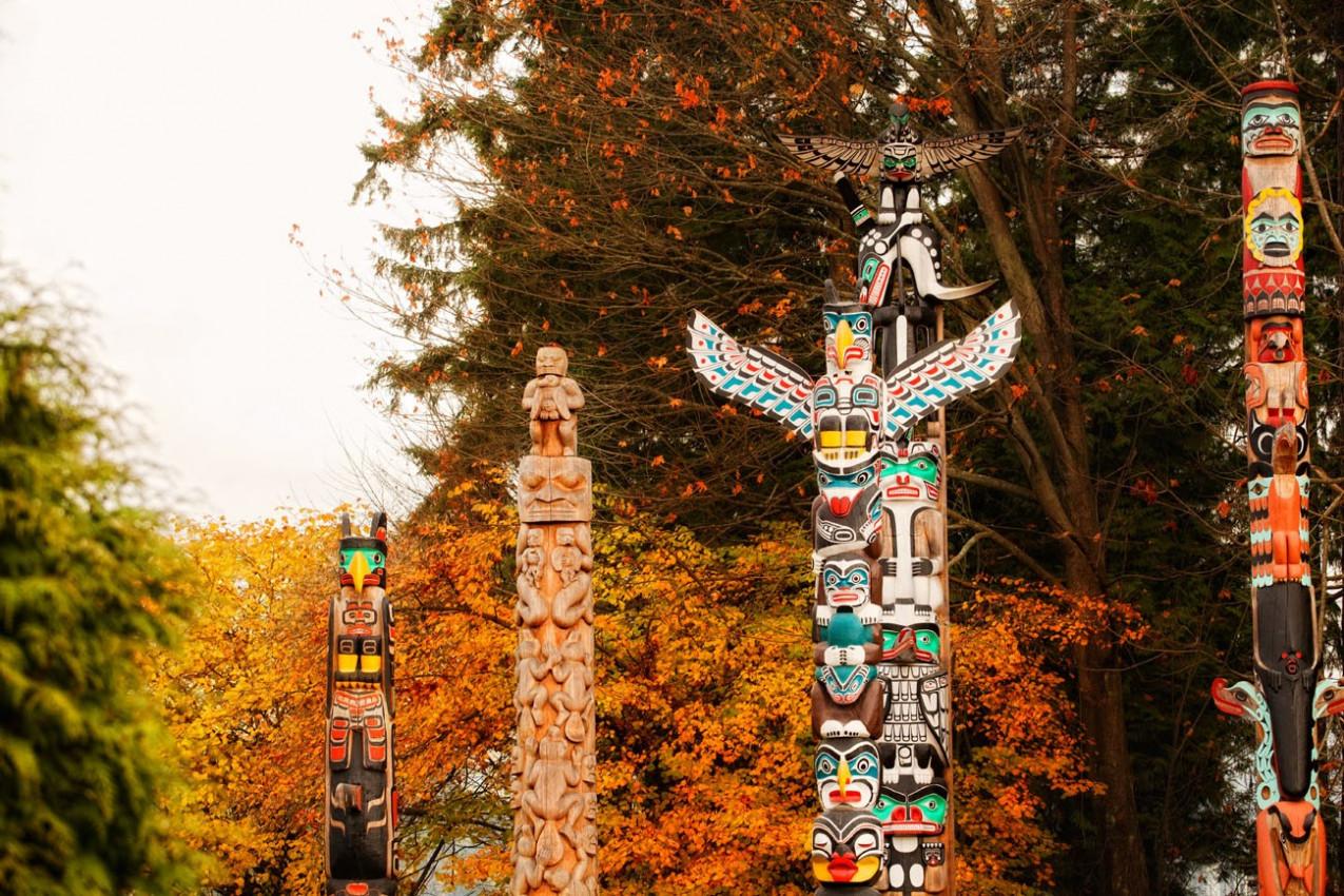 Totems indígenas em Vancouver