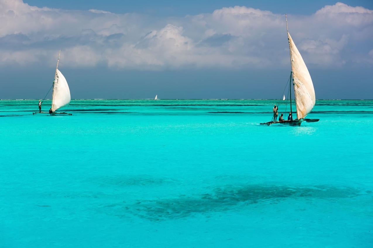 Jangadas nas águas azul turquesa no Oceano Índico