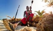 Maasai na praia. No Quênia