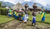 Ritual tribal da Tribo Batwa executam a dança tradicional Intore para comemorar o nascimento de um gorila de montanha em vias de extinção em Musa