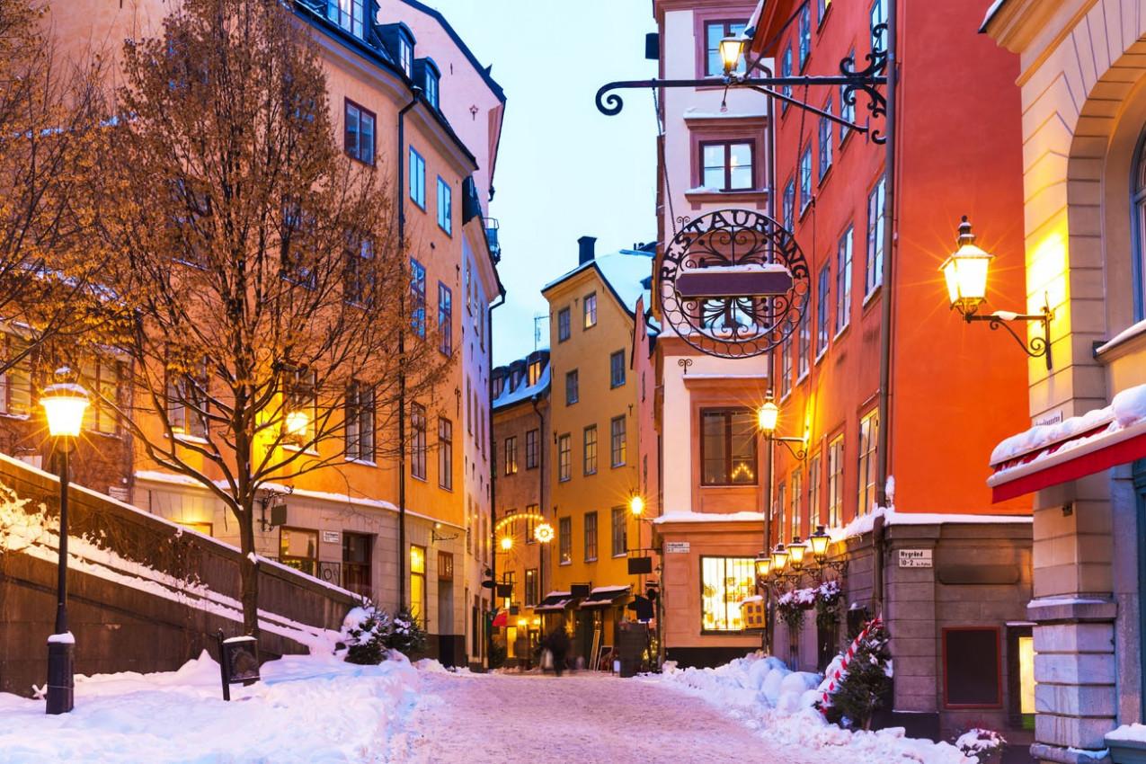 Cenário do inverno na Cidade Velha (Gamla Stan) em Estocolmo, Suécia