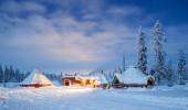 Paisagem do inverno em Kiruna Suécia Lapland na noite com fuga da estrela
