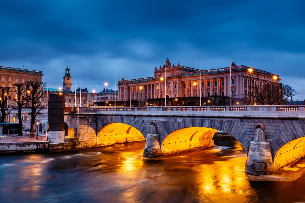 Riksdag e Norrbro Ponte na noite, Estocolmo, Suécia