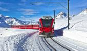 Um trem suíço correndo pela neve