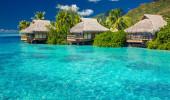 Villas sobre a água na lagoa de Moorea Island