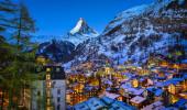 Vista aérea em Zermatt Valley e Matterhorn Peak at Dawn, Suíça