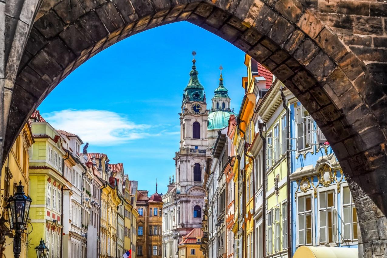 Vista do colorido cidade velha em Praga tomada da ponte Charles, República Checa