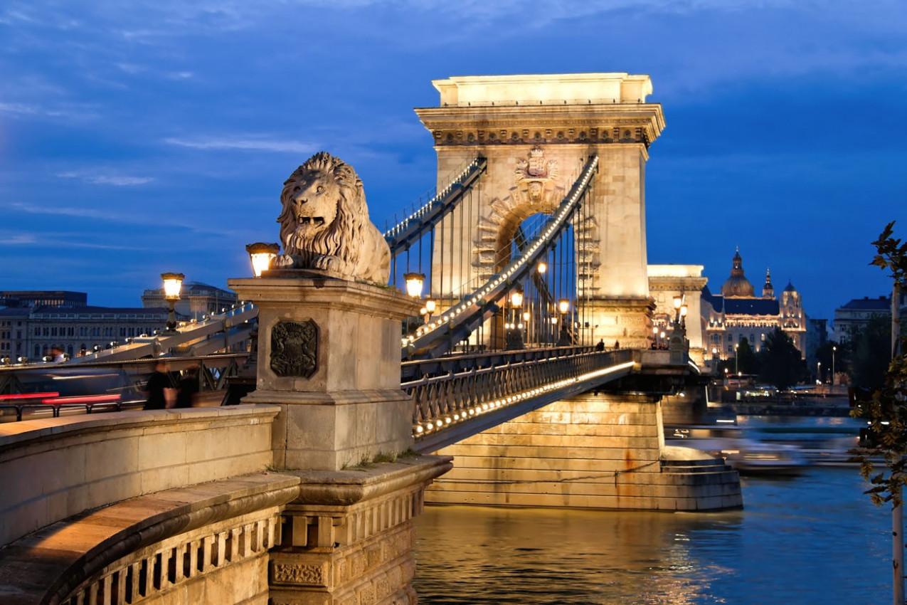 A ponte Chain em Budapest na noite. Sightseeing em Hungria