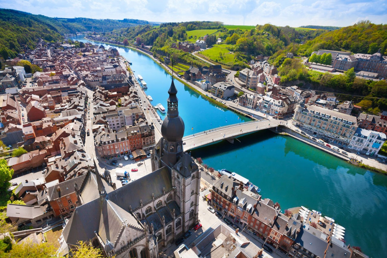 A vista de cima da ponte Pont Charles de Gaulle sobre o rio Meuse em Dinant, Bélgica