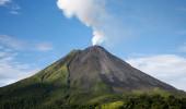 Arenal vulcão na Costa Rica com uma nuvem de fumaça