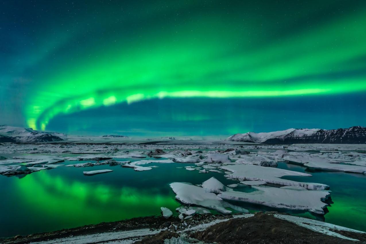 Aurora Boreal exibição espectacular sobre a lagoa de Jokulsarlon geleira na Islândia.