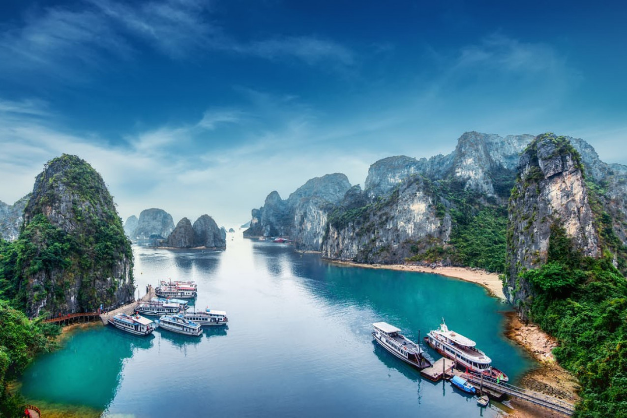 Barcos turisticos flutuando entre rochas calcárias em Ha Long Bay, Mar do Sul da China, Vietnã, sudeste da Ásia