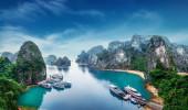 Barcos turisticos flutuando entre rochas calcárias em Ha Long Bay, Mar do Sul da China, Vietnã, sudeste da Ásia