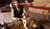 Beduíno que serve café árabe em Wadi Rum, Jordânia