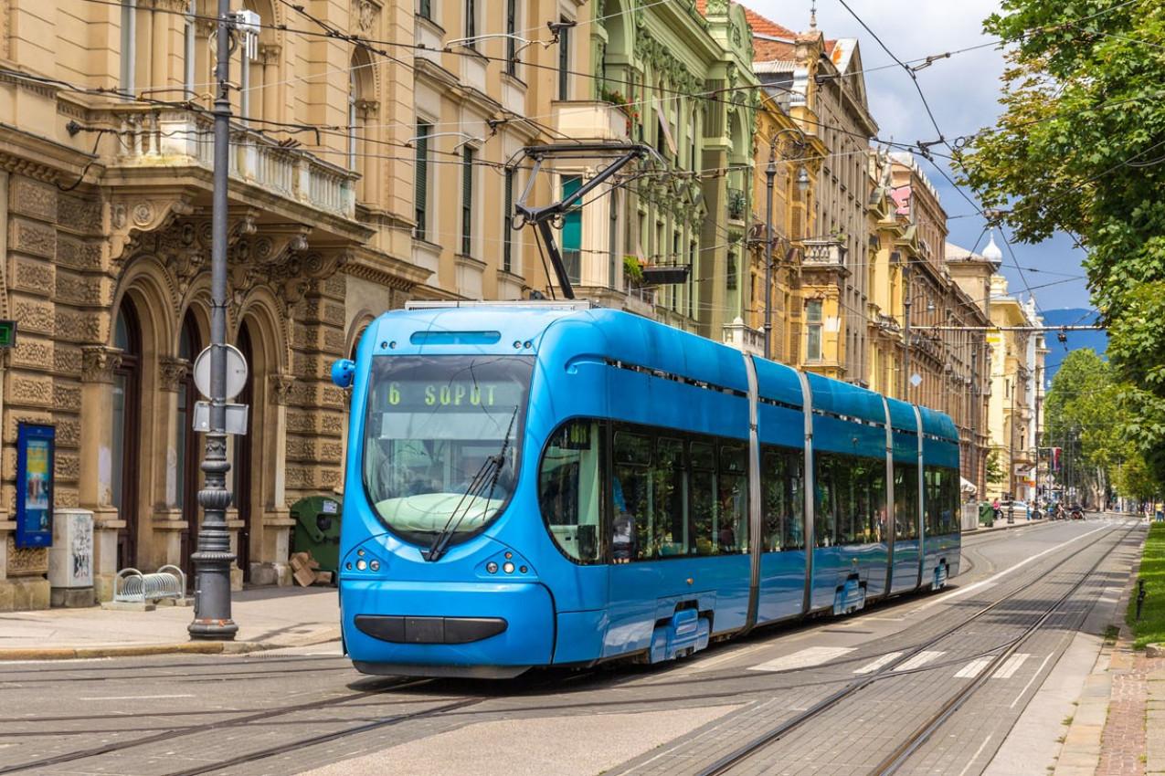 Bonde moderno em uma rua de Zagreb, Croácia