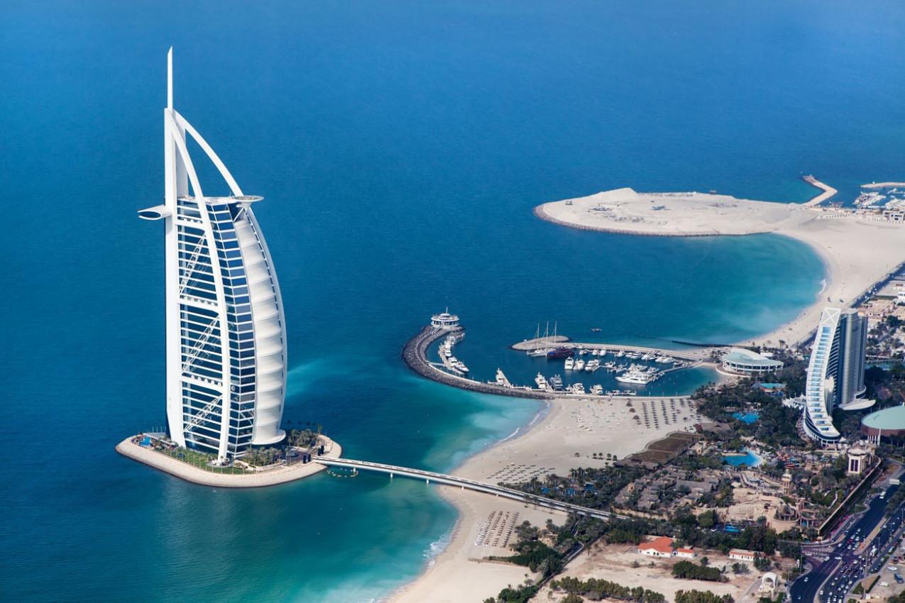 Burj Al Arab é um hotel de luxo 5 estrelas, construído em uma ilha artificial em frente à praia de Jumeirah