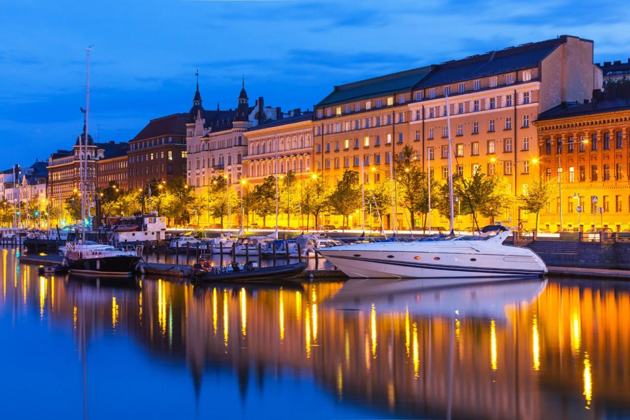 Cais da Cidade Antiga, com veleiros em Helsínquia, Finlândia