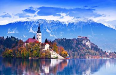 Castelo de Bled com montanhas ao fundo no lago Bled, Eslovênia