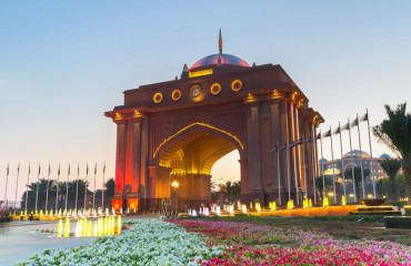 Chafariz colorido no portal do Emirates Palace o segundo hotel mais caro construído no Emirados Arabes já cons
