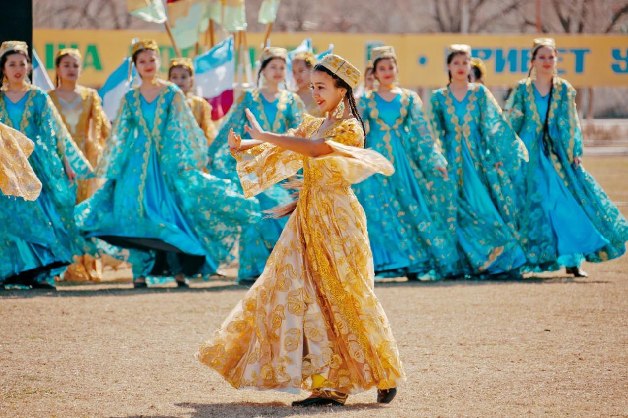 As crianças dançando e cantando em celebração do Navroz, Primavera Festival. em Zarafshan, Uzbekistan.