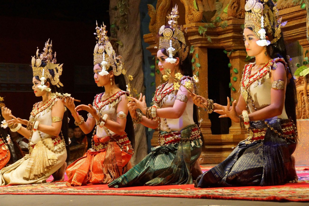Dançarinas de Apsara no final de uma performance, Siem Reap, Camboja