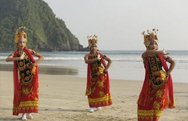 dançarinos populares indonésias realizar sua tradicional dança popular no litoral de Merah Beach, Banyuwangi