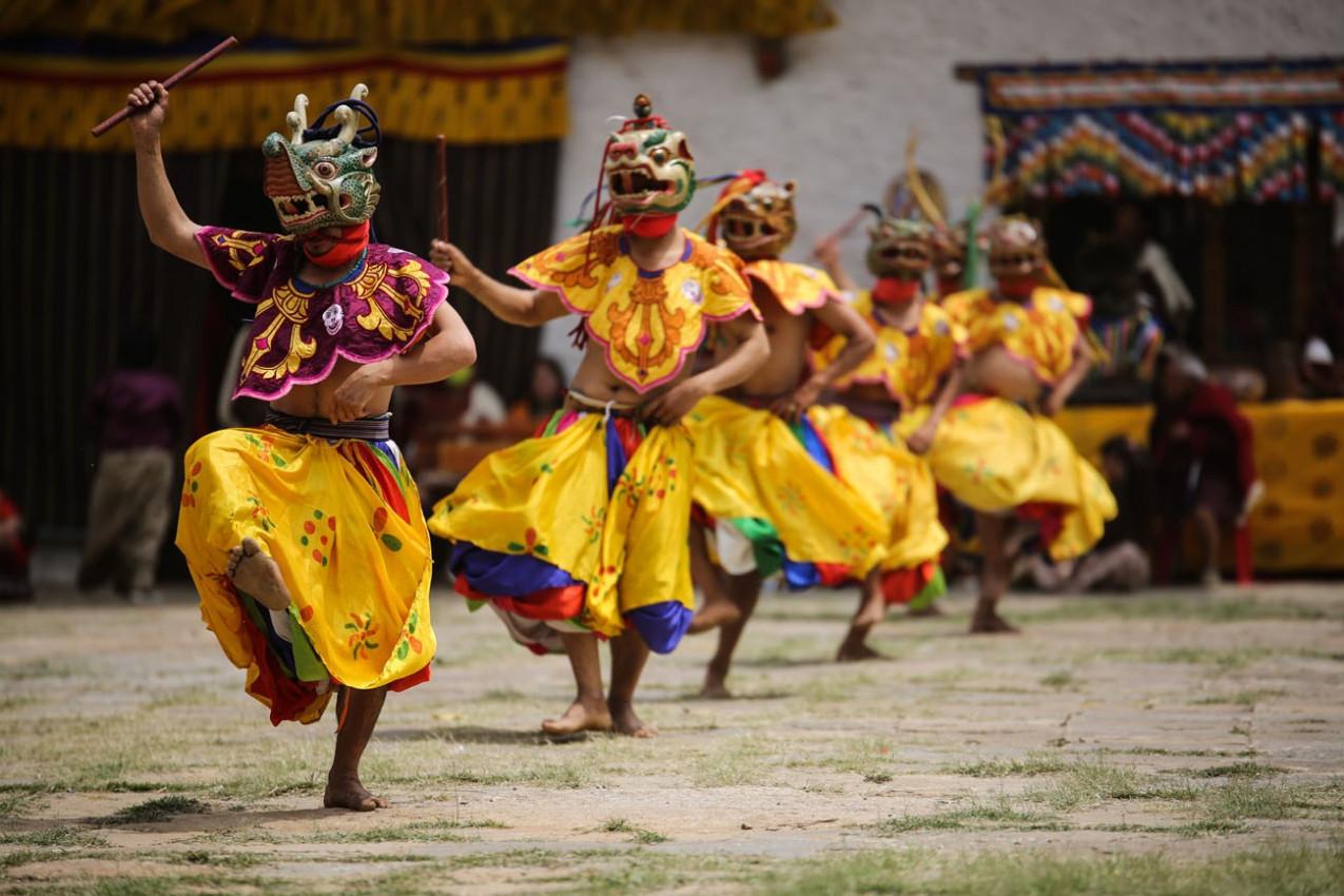 Dançarinos mascarados no Butão
