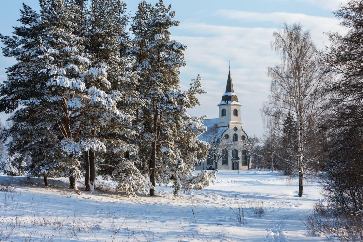 Dia de inverno romântico, pequena igreja na floresta da Letónia