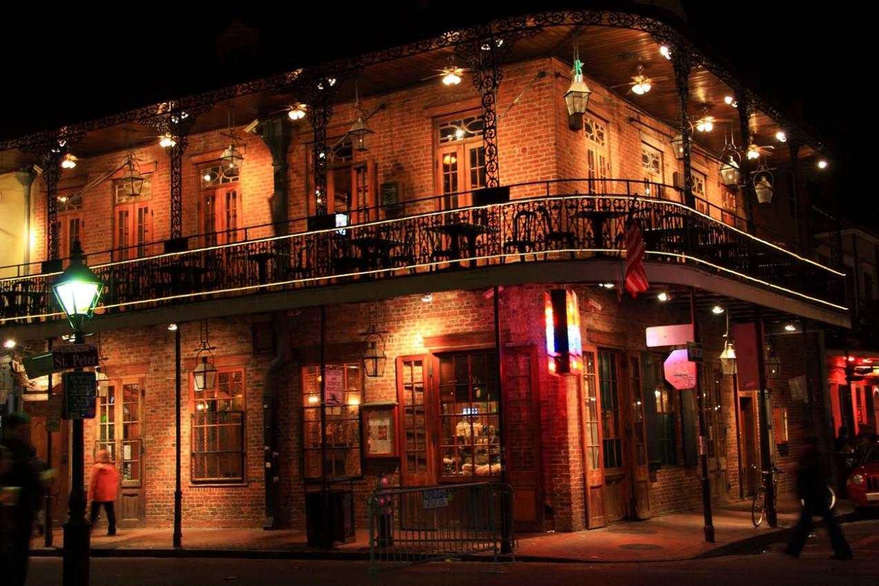 Edificio de tijolos na esquina de St Peter Nova Orleans