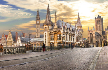 Ghent medieval sobre o por do sol. Bélgica