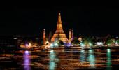 Loy Krathong festival no Rio Chao Phraya, Wat Arun Bangkok Tailândia
