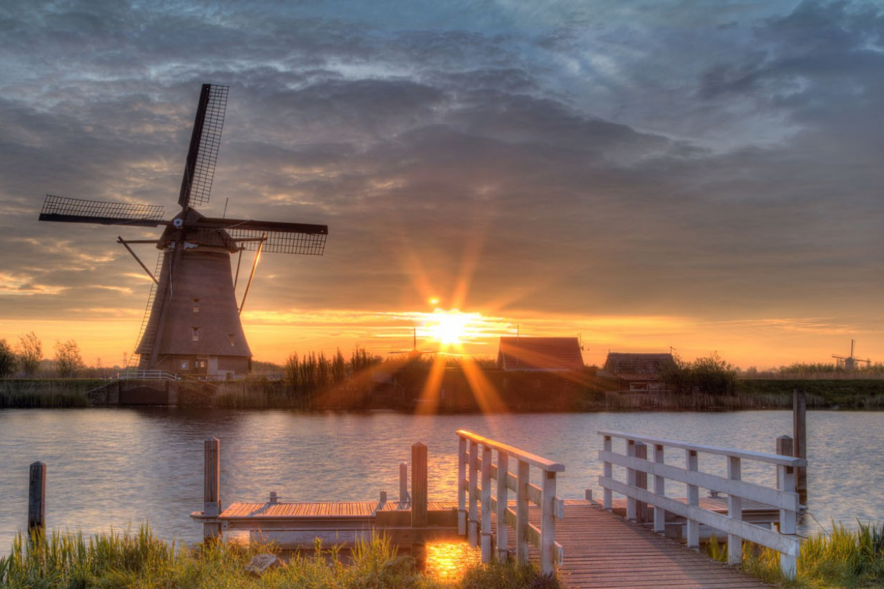Moinhos de vento em Kinderdijk, Holanda no sol da manhã