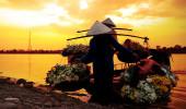 mulheres vendendo flores em um barco no início da manhã