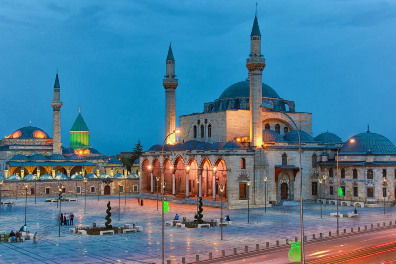 Museu Mevlana e excelente vista de Mevlana Square, Konya Turquia no crepúsculo