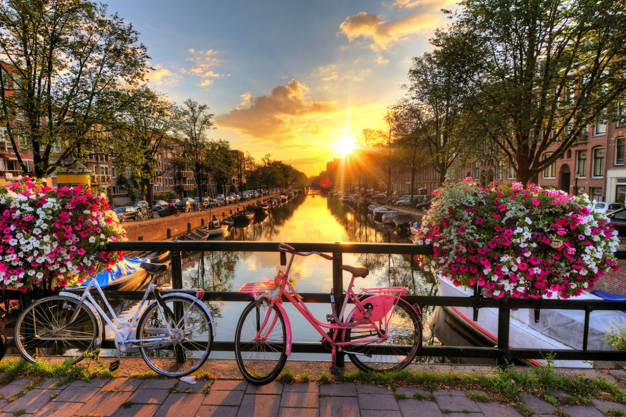 Nascer do sol bonito sobre Amsterdã, Países Baixos