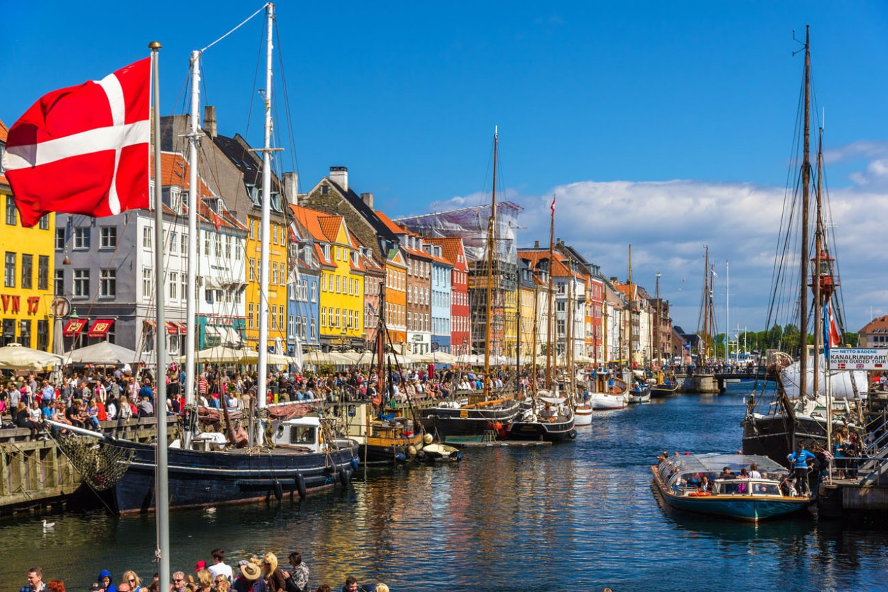 Nyhavn é um distrito beira-mar do século 17 - Copenhague, Dinamarca