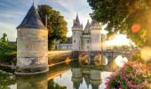 o castelo de Sully-sur-Loire, localizado no Vale do Loire, data do século 14 e é um excelente exemplo de fotaleza medieval