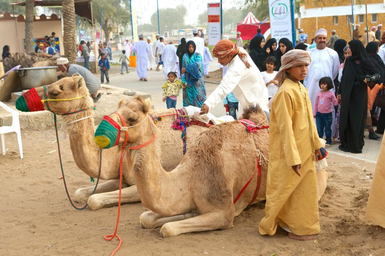 Omanis em traje tradicional, em Muscat, no Sultanato de Omã