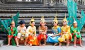 Os dançarinos no complexo de templos Khmer de Angkor, a prin