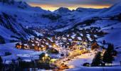 Paisagem da noite na estância de esqui nos alpes de Saint Jean d'Arves, França
