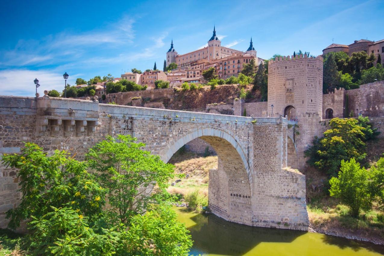 Panorama do Alcazar acima da ponte medieval San Martin - Toledo, Espanha