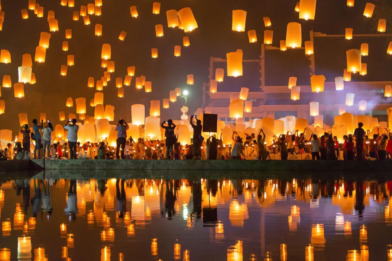 Pessoas liberar Khom Loi, as lanternas do céu durante Yi Peng e Loy Krathong festival -Chiang Mai, Tailândia.