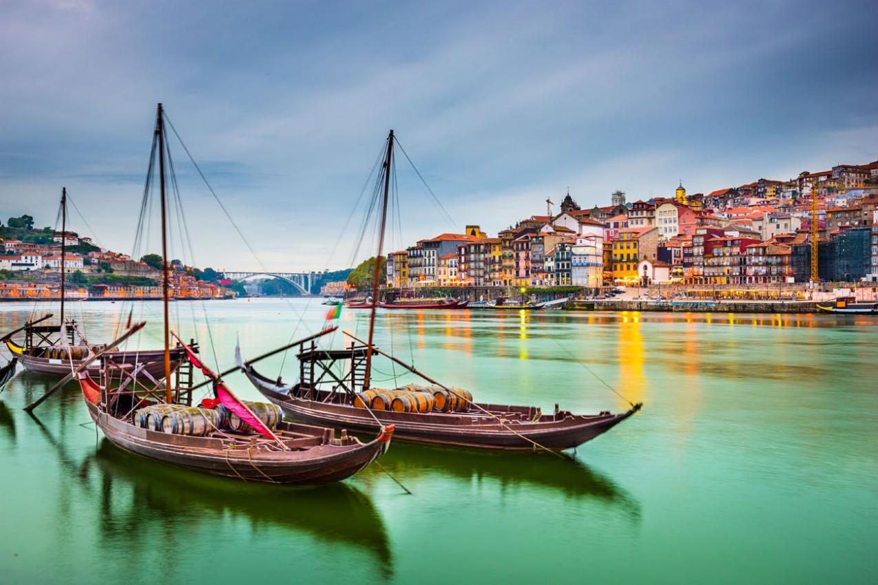 Porto, Portugal vista da cidade velha cidade às margens do rio Douro, com barcos tradicionais Rabelo