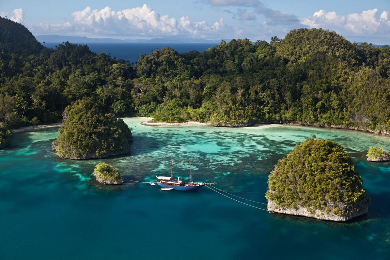 Em Raja Ampat, Indonésia, uma baía protegida, rodeada por ilhas altas de calcário, abriga belas cadeias de recifes