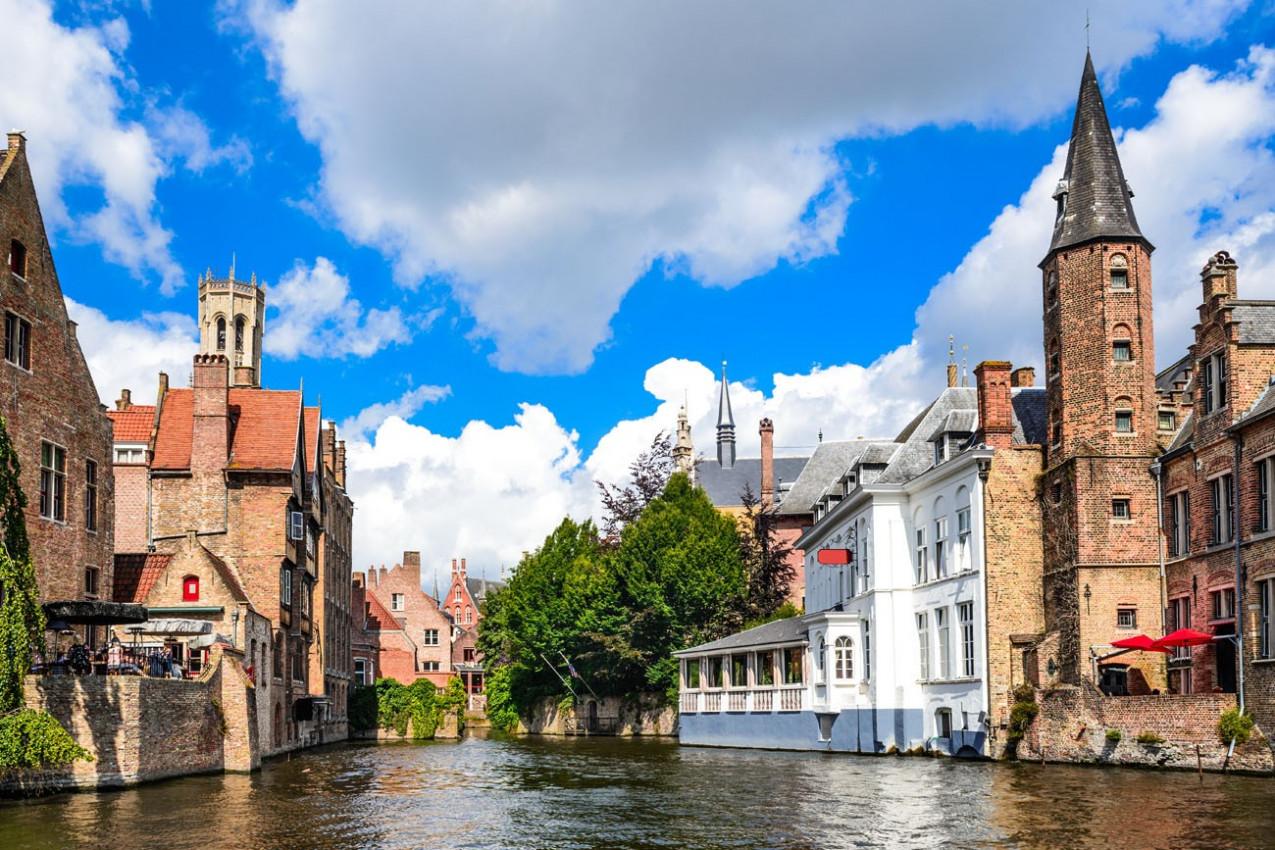 Rozenhoedkaai em Bruges, Canal do rio Dijver campanario Belfort - Belgica