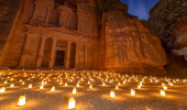 Tesouro de Khazneh em Petra, na Jordânia à noite. Petra by Night à luz de 1.800 velas.