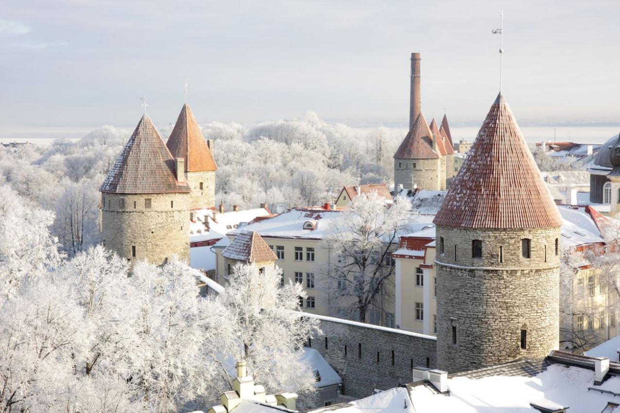 Torres da cidade Antiga em Tallinn, Estónia