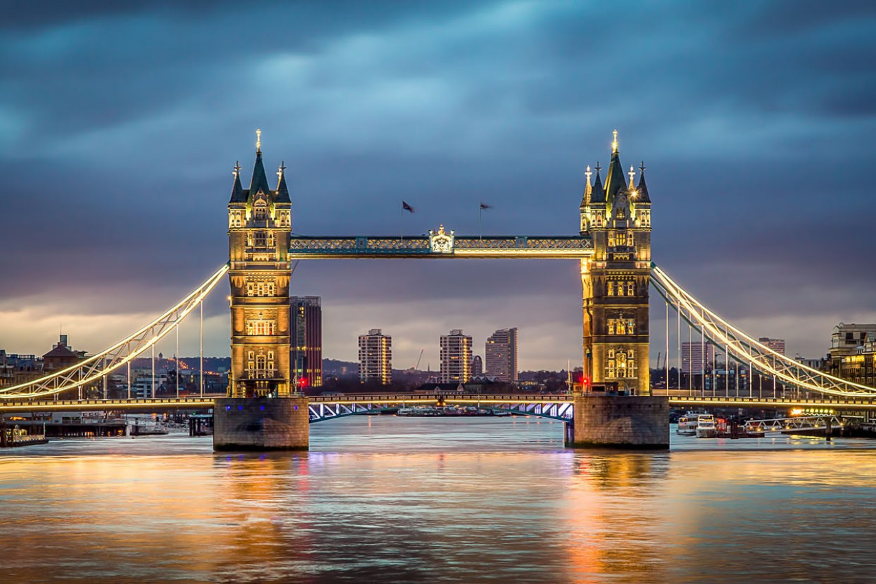 Tower Bridge, com reflexos no Tâmisa