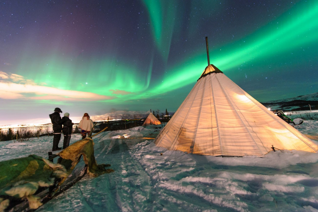 Tradicional Sami renas tendas de pele (yurts) na região da Lapónia da Noruega Troms .Os luzes polares na Noruega